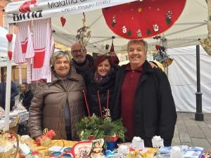 foto dei volontari AIMA Reggio Emilia al banchetto di San Prospero 2017